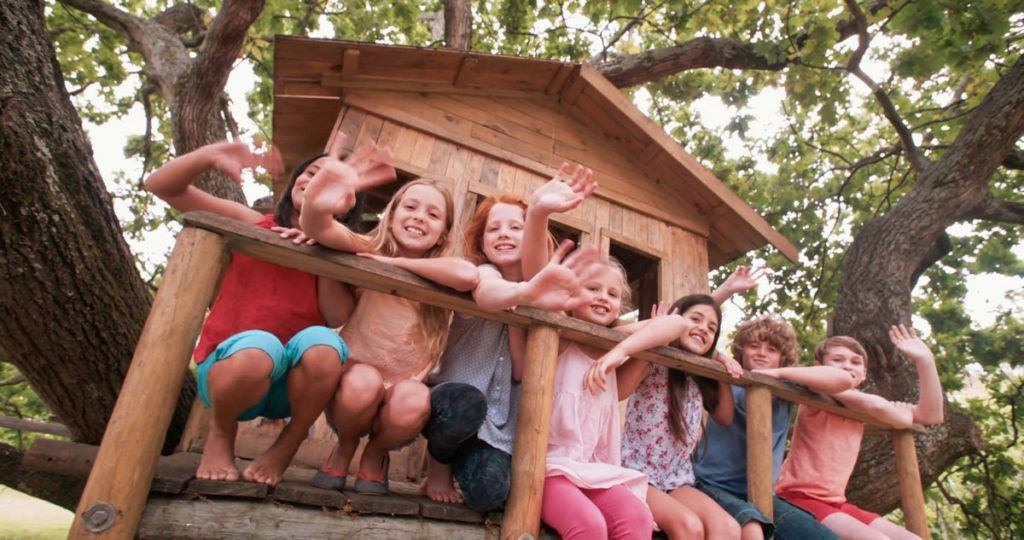Copii în căsuța din copac