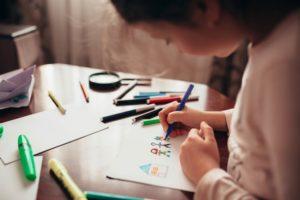 Copil desenează