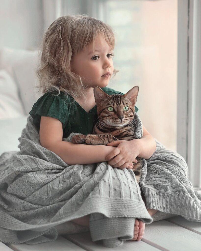 Fetițe și pisici