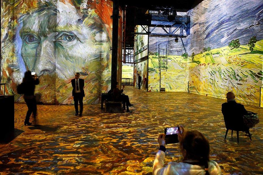 """""""Van Gogh, La Nuit Etoilee și Van Gogh, Starry Night"""" Expoziție digitală la muzeul Atelier Des Lumieres în Paris"""
